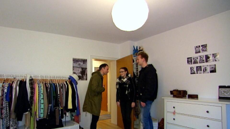 mieten kaufen wohnen eva f hrt ihrem freund die mankos der wohnung vor augen. Black Bedroom Furniture Sets. Home Design Ideas