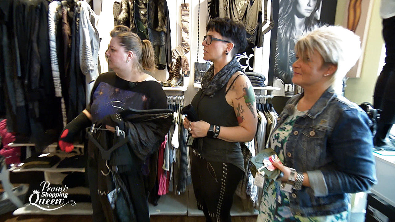 Promi Shopping Queen: Manuela Wisbeck mit Shopping-Begleitung in einer Boutique.