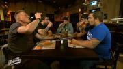 Die fünf Jungs genießen ihr letztes echtes Männer-Essen