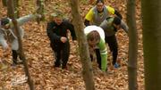 Die Männer kämpfen sich gemeinsam den Steilhang rauf