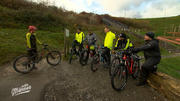 Steffi Marth erklärt den Jungs das Mountainbike