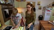 Claudias Sohn hilft freiwillig im Haushalt
