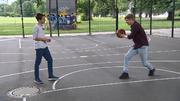 Nick zeigt Timur seine Basketball-Skills