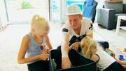 Papa Jan kümmert sich um Kinder und Haushalt