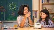 Kinder testen Telefon mit Wählscheibe