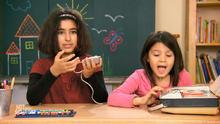 Kinder testen Analoges Tonband-Gerät
