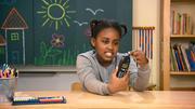 Kinder testen altes Nokia Handy