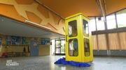 Kinder testen eine Telefonzelle