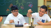 Kinder testen ein Briefsiegel