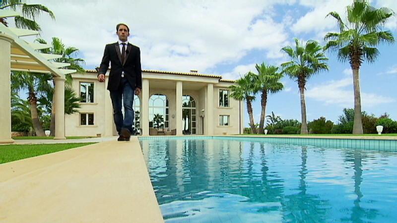 makler marcel remus steht alleine am pool. Black Bedroom Furniture Sets. Home Design Ideas